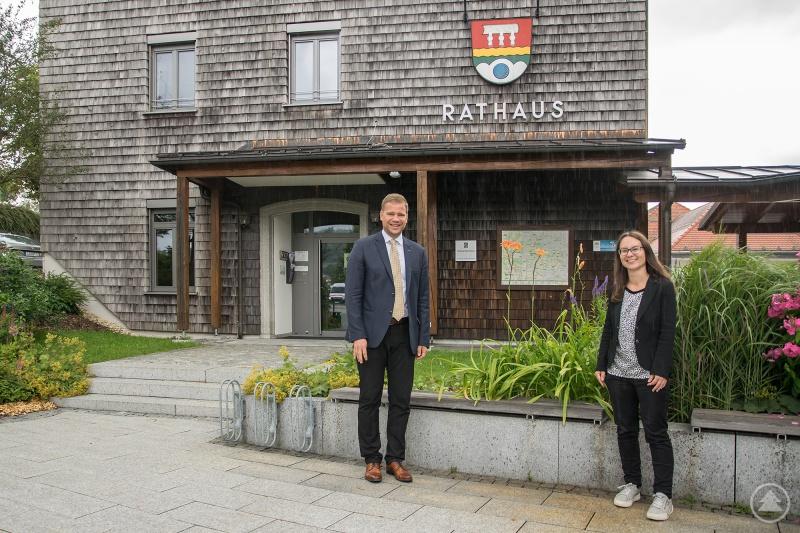 Bezirkstagspräsident Dr. Olaf Heinrich (l.) und Bürgermeisterin Kristina Urmann vor dem Rathaus in Neureichenau.