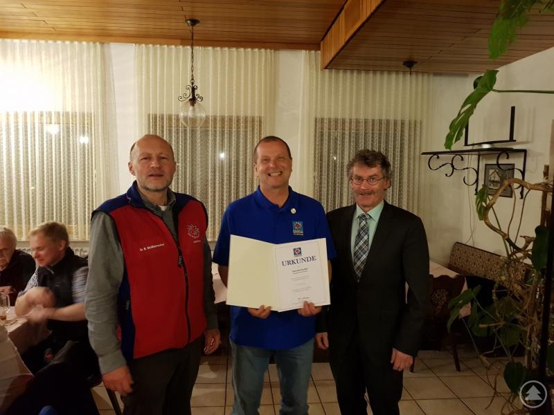 von links: Dr. Bodo Srößenreuther, stellvertretender Bereitschaftsleiter Harald Keller, Bereitschaftleiter Wolfgang Kunz, 2. Bürgermeister von Grafenau
