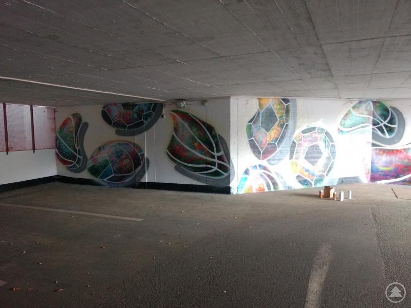 Die Parkgaragenwand wurde durch die Jugendlichen zusammen mit Künstler Michael Heindl verschönert.