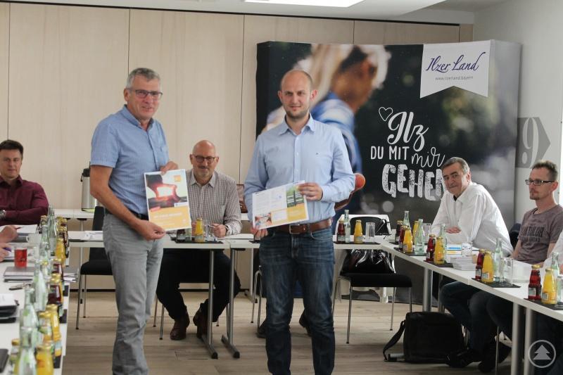 BildunterschriftFranz Lichtenauer, Energieberater beim VSB und Matthias Obermeier, Netzwerkmanager der ILE (beide stehend, Mitte) bei der Vorstellung des Projektes in der Vorstandssitzung Ilzer Land.
