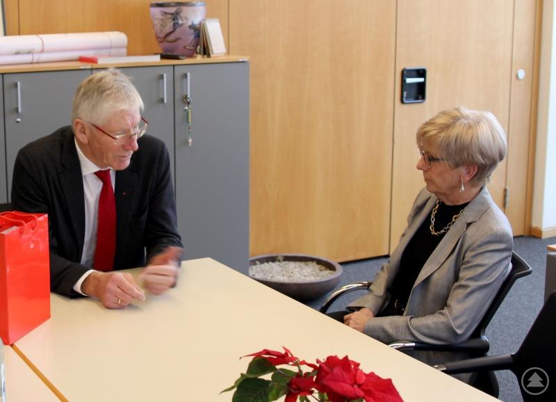 Landrätin Rita Röhrl und Landtagsabgeordneter Bernhard Roos im Gespräch.