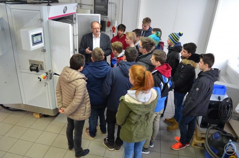 SLE-Ausbildungsleiter Richard Krieger erklärte den SchülerInnen den Produktionsbetrieb im Bereich Elektronik.
