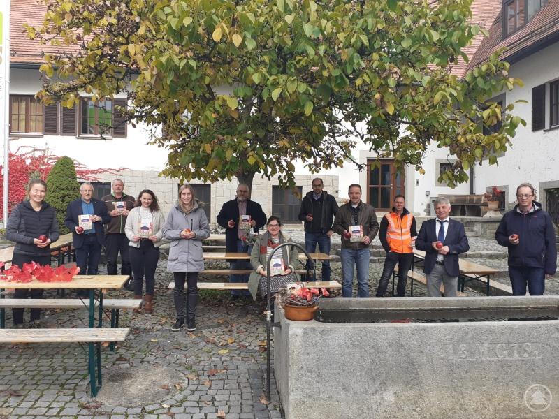 Akteure der Streuobstaktion Ilzer Land 2020  v.l.: Katharina Hobelsberger (Projektmanagerin Öko-Modellregion Ilzer Land), Helmut Ramesberger (Leiter Staatsgut Kringell), Max Sammer (Haustechniker), Lena Schandra (Projektmanagerin Öko-Modellregion Ilzer Land), Corina Molz (Geschäftsführung ILE Ilzer Land), Max König (Bürgermeister Saldenburg), Dr. Carolin Pecho (Bürgermeisterin Ringelai), Christian Grünberger (Bürgermeister Hutthurm), Gerhard Poschinger (Bürgermeister Perlesreut), Florian Simböck (Bauhofleiter Stadt Grafenau), Leo Meier (Bürgermeister Röhrnbach) und Martin Behringer (Bürgermeister Thurmansbang)