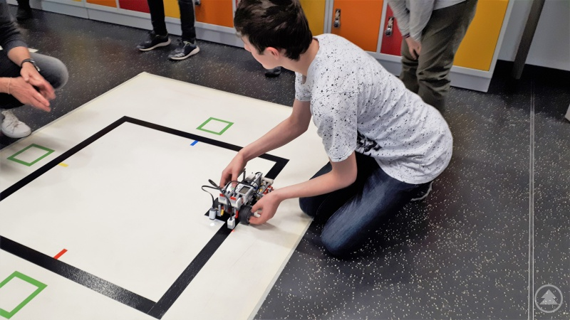 David Schreiner mit seinem selbst programmierten Roboter am Start beim Geschicklichkeitsparcours.