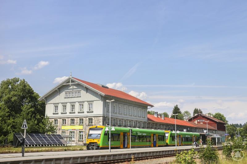 Bus und Bahn sollen vermehrt auch von Kindern und Jugendlichen genutzt werden. Nicht nur mit dem Maskottchen, sondern auch mit einer Schulaktion will der Landkreis nun auf den ÖPNV aufmerksam machen.