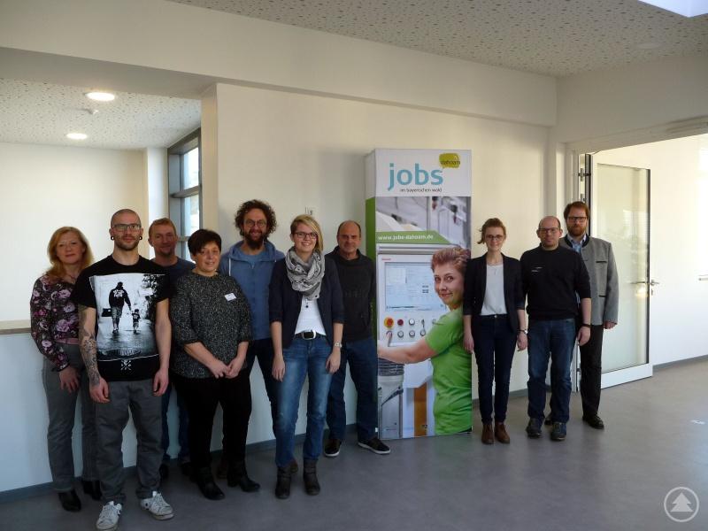 Regionalmanager Stephan Lang (1.v.r.), Projektassistentin Teresa Kaiß (3.v.r.), Rektorin Ida-Maria Kärtner (1.v.l.), die Klassenlehrer Thomas Schmidt (3.v.l.), Thomas Wittmann (5.v.l.) und Manfred Schöbel (7.v.l.) bedankten sich bei den Referenten aus der Wirtschaft (v.l.): Karl-Heinz Wanninger (ARBERLANDKliniken), Michaela Pongratz (ARBERLANDKliniken), Katja Frohnauer (UAS Messtechnik GmbH) und Josef Achatz jun. (Achatz Sanitär- und Heizungstechnik).