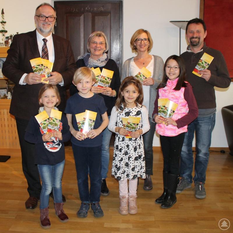 Oberbürgermeister Jürgen Dupper (hinten, von links), Maria Höltl (Stadtjugendring), Sabine Hackl (Jugendamt) und Edmund Kriegl (Zeughaus) freuen sich mit Jette (vorne, von links), Jasper, Greta und Osk über das vielfältige Freizeit- und Ferienangebot in Passau.