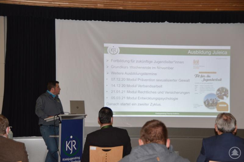 Geschäftsführer Tim Weidinger erläutert die Planung für das nächste Jahr im Bereich Jugendleiter-Ausbildung.