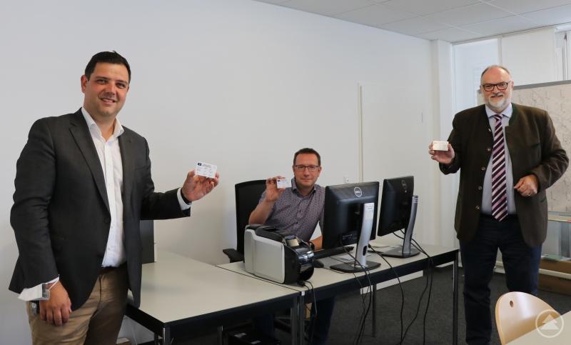 Oberbürgermeister Jürgen Dupper (von rechts) macht sich gemeinsam mit Ordnungsamtsleiter Erik Linseisen und 3. Bürgermeister Armin Dickl vor Ort ein Bild von dem neuen Angebot.