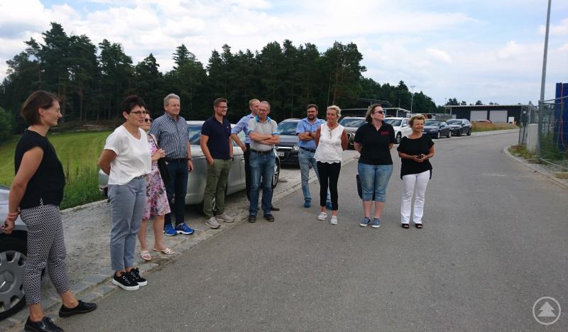 Die Vertreter von Schul- und Wirtschaftsseite bei der Besichtigung der aktuellen Baustelle der ITES GmbH in Geiersthal.