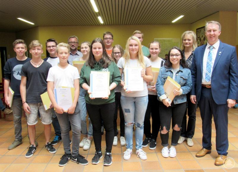 Die Teilnehmer des SchülerAktiv-Projektes mit Helmut Plenk, dem weiteren Stellvertreter des Landrats, Doris Werner (Bürgerbüro) und Konrektor Christian Sagmeister.