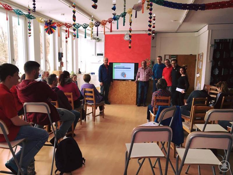 Teilnehmer und Polizeibeamte des Zivilcourage Seminars in Grafenau