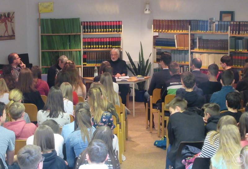 Karl-Heinz Reimeier beim Vorlesen seiner spannenden Weihrazgeschichten in der Kreisbibliothek.