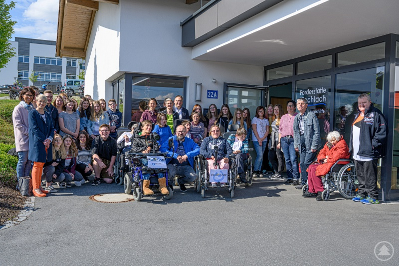 Unser Gruppenbild hat die Rolli-Cam-Gruppe der Lebenshilfe gemacht. Es zeigt die Besucher mit Betreuern.