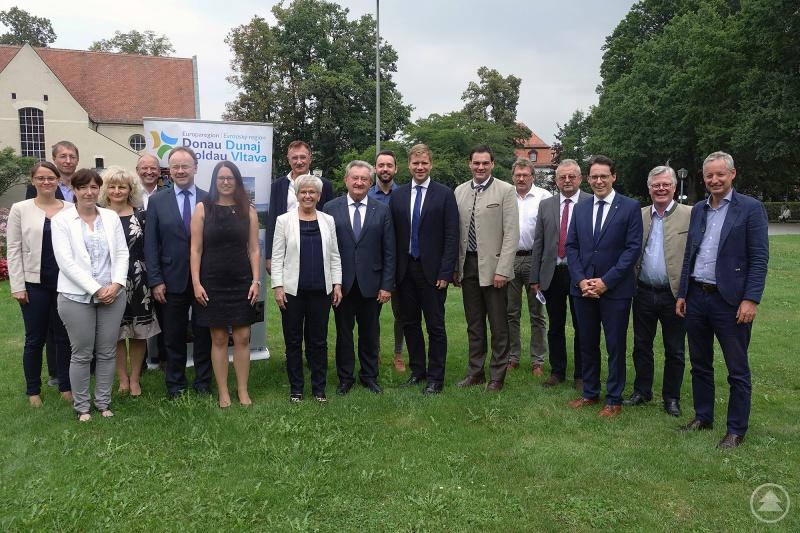 Einigkeit bei der EDM: Die Mitglieder des Trägervereins der Europaregion Donau-Moldau, hier gemeinsam mit den EDM-Mitarbeitern, stimmten überein, sich mit noch mehr Dampf auf den Weg zur Gründung eines EVTZ zu machen.