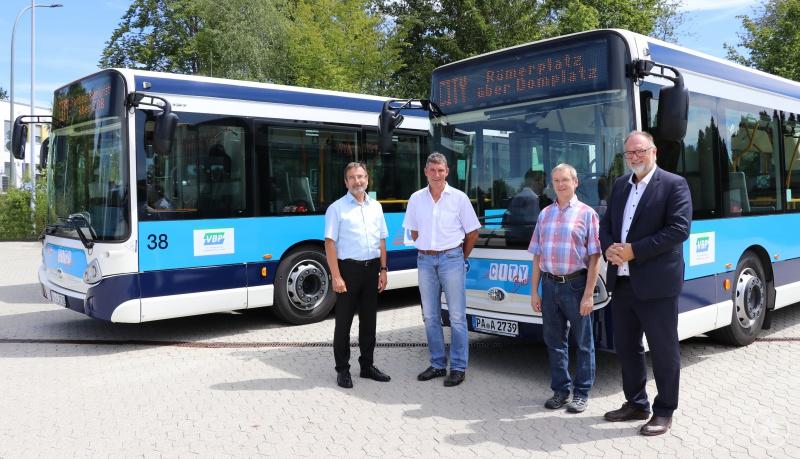 Blicken mit Vorfreude auf den Neustart der City-Bus-Linie: Oberbürgermeister Jürgen Dupper (rechts) sowie Prokurist und Betriebsleiter Verkehr Wilhelm Fritz (von links), Herbert Heyne und Werner Kasparofsky von der Stadtwerke Passau GmbH.