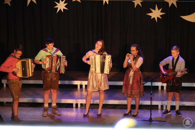 Die Volksmusikgruppe zeigt ihr Können.