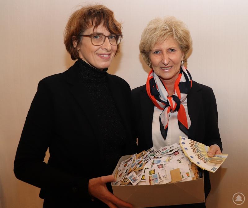 Die Sammler von alten Briefmarken haben es möglich gemacht. Irene Fuchs überreicht der Leiterin der Bahnhofsmission, Angelika Leitl-Weber, 1.000 Euro.
