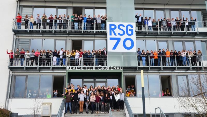Elternbeiratsvorsitzender Tassilo Pichlmeier und Realschuldirektor Ferdinand Klingelhöfer freuen sich zusammen mit den Schülern auf die 70-Jahr-Feier im Juli.