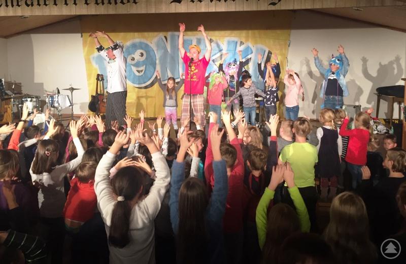 Ein Auftritt von Donikkl, der bringt die kleinen und großen Besucher zum Toben, Tanzen und Mitsingen.
