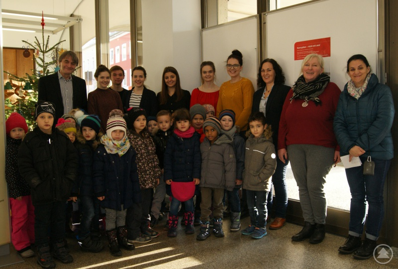 Dr. Klaus Stein, Vorsitzender der Geschäftsführung der Agentur für Arbeit Passau (1. von links), Michaela Bloch (2. von rechts), Leiterin des Kindergartens St. Nikola, Sabine Bauernfeind (3. von rechts), Projektverantwortliche Arbeitsagentur Passau, zusammen mit den Kindern des Kindergartens St. Nikola sowie den Auszubildenden der Arbeitsagentur