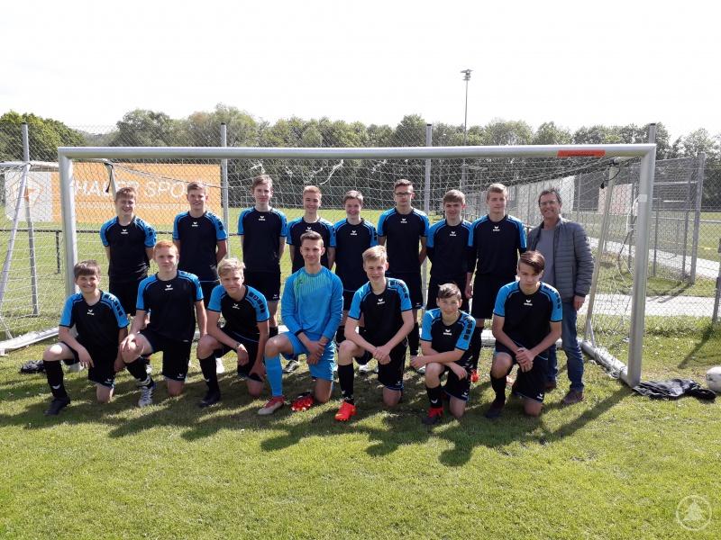 Die siegreichen Fußballer vom Gymnasium Freyung mit Sportlehrer Wolfgang Fischer (hinten rechts).