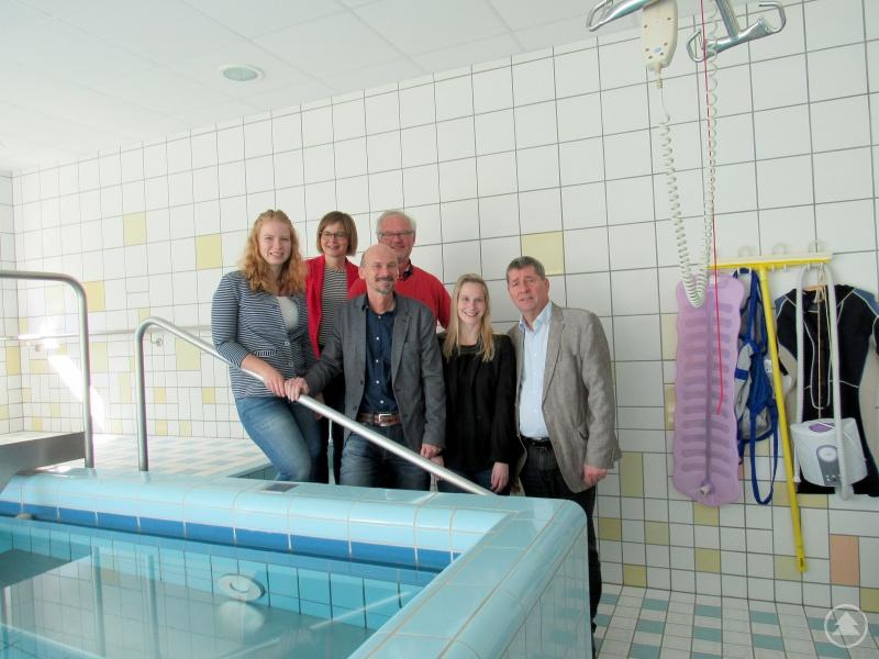 Sie überzeugten sich von der Qualität der Angebote, v.li.: Tina Sixt, Ulrich Buschkämper, Natalie Walter, Horst Kuffner, Marina Klimmer im gesponserten Schwimmbad, dessen Bau 2001 durch die Aktion Mensch und Spenden aus der Bevölkerung ermöglicht wurde.