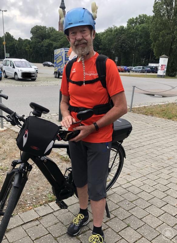James Matakou beim Start seiner Radtour vom Theater am Hagen in Straubing zum Sportgelände des TSV Aholfing.
