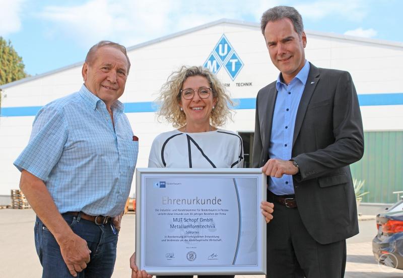 Ein offenes Ohr für Unternehmerthemen und eine Ehrenurkunde für 30 Jahre unternehmerische Entwicklung hatte IHK-Hauptgeschäftsführer Alexander Schreiner (rechts) für Ludwig Schopf und Birgit Schopf-Gaisbauer dabei.