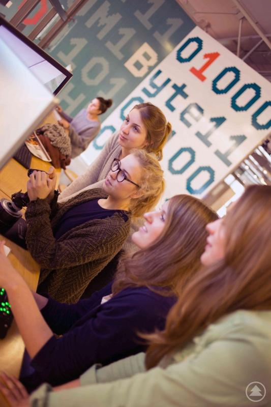 Das neue Schulbesuchskonzept Digimania+ der TH Deggendorf bringt Schüler ab der 8. Jahrgangsstufe mit Robotik und Programmieren in Kontakt.
