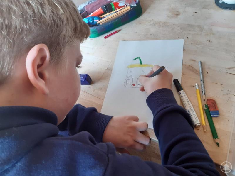 Sebastian malt fleißig einen Gruß an für die vielen Opas und Opas in Seniorenheimen: sein Kunstwerk wird eingescannt und vor Ort dann ausgedruckt und verteilt.