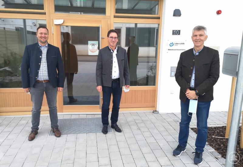 (v. l.) Bezirksrat Josef Heisl, Geschäftsführer Thomas Hofbrückl und MdL Prof. Dr. Gerhard Waschler vor dem Neubau des Wohnhauses für Menschen mit Behinderung in Hauzenberg.