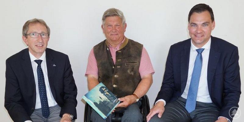 Ludwig Bauer (Mitte) bei seiner Verabschiedung durch Landrat Sebastian Gruber (re.) und dem neuen Geschäftsführer Ludwig Brunner.