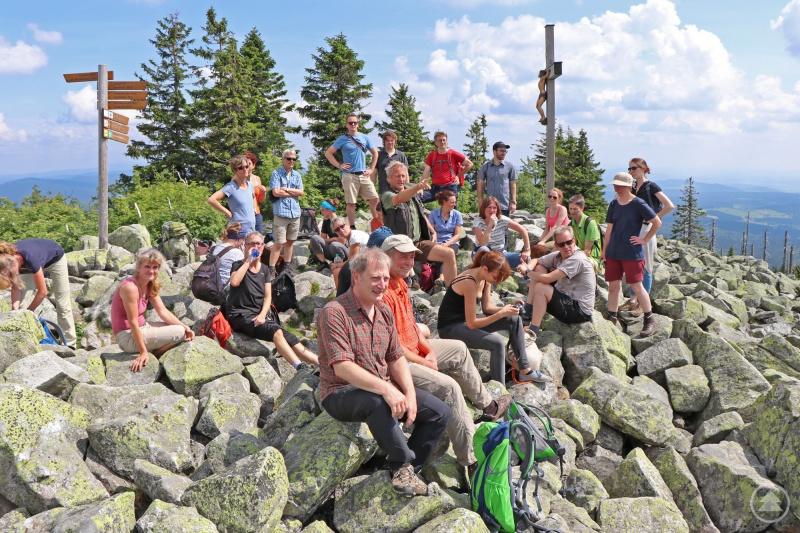 Am Lusengipfel traf die Gruppe auf Ranger Lothar Mies, der den Kommunikationsexperten aus ganz Deutschland die Umgebung des Gipfels erklärte.