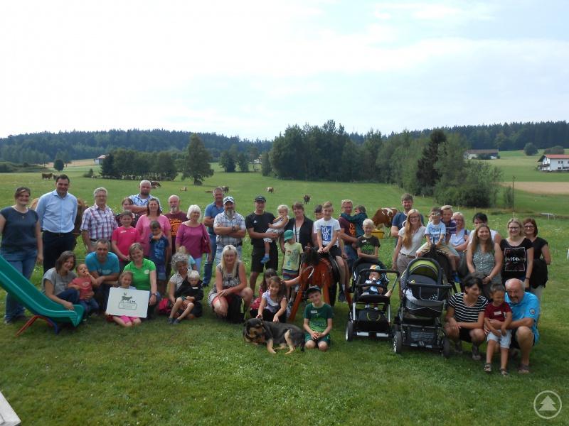 Landrat Sebastian Gruber (2. v. li.) gemeinsam mit den Mitarbeitern des Kreisjugendamtes Freyung- Grafenau und den Pflegefamilien