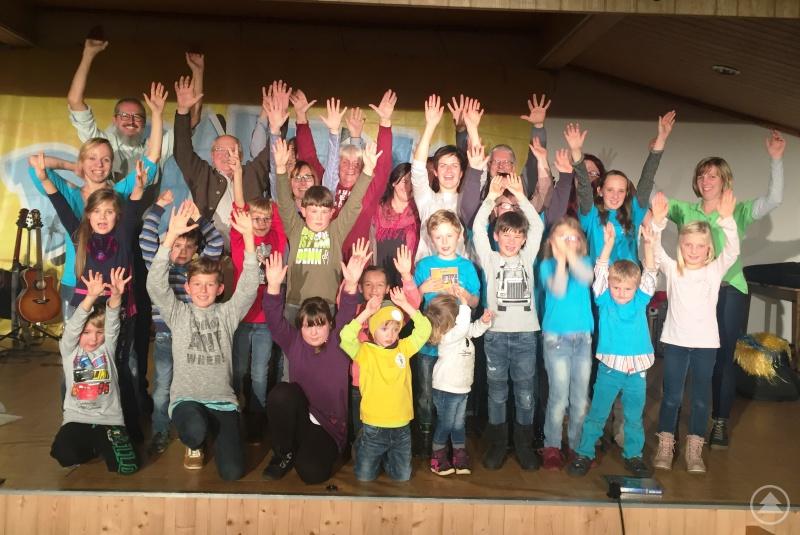 Nach dem Konzert konnten sich die Besucher aus dem Landkreis Regen zum Gruppenbild auf die Bühne stellen.