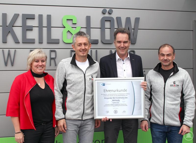 IHK-Hauptgeschäftsführer Alexander Schreiner (2. von rechts) gratulierte zum Firmenjubiläum und überreichte eine Ehrenurkunde an (v.r.) Arnold Löw, Alexander Keil und Monika Keil