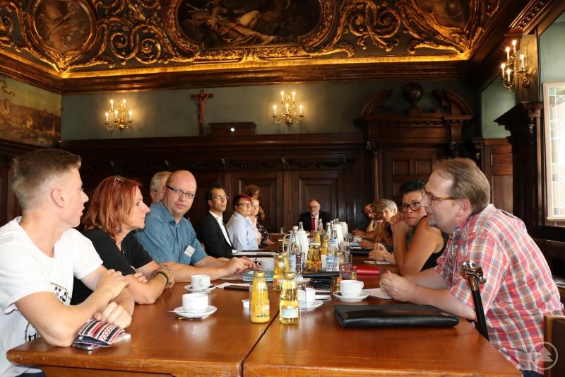 Verbesserungen für Demenzpatienten und deren Angehörigen wollen Oberbürgermeister Jürgen Dupper (hinten, Mitte) und die weiteren Mitglieder des neu gegründeten Demenznetzwerks erreichen.