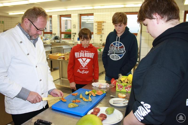 Hotelberufsschule: (v.l.): Fachlehrer Johann Stubenrauch und Schüler beim Probieren exotischer Früchte