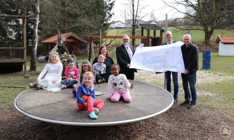 Architekt Egon Krassler (1. Von rechts) stellt Oberbürgermeister Jürgen Dupper und Jugendamtsleiter Alois Kriegl die Planungen für die Erweiterung des AWO-Kinderhauses Neustift vor.