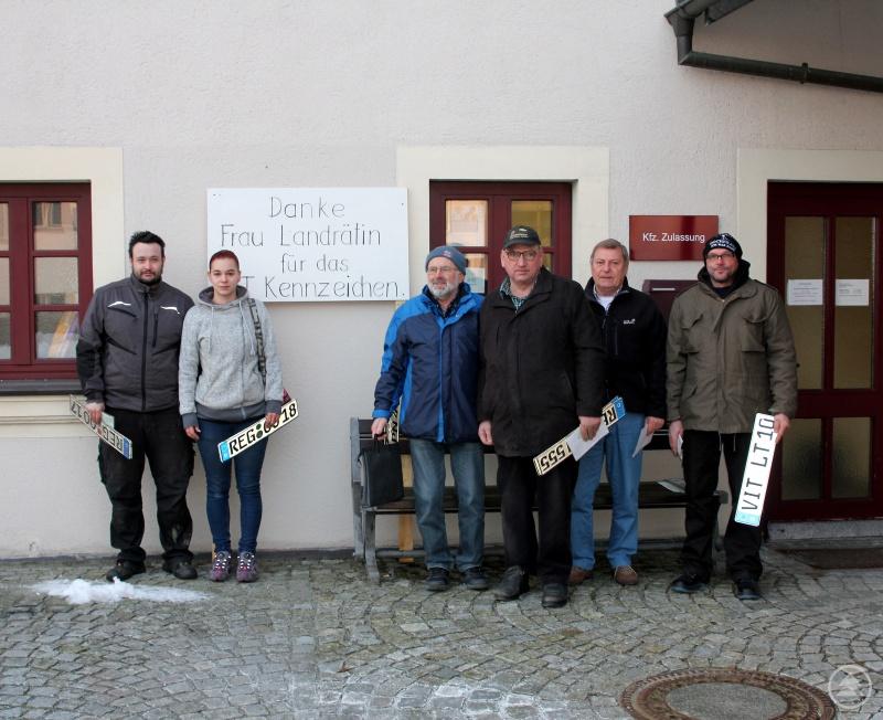Sie warteten schon rund eine halbe Stunde vor Öffnung der Viechtacher Kfz-Zulassung, v.li.: Andreas Timmler, Tamara Weber, Alois Wurzer, Heinrich Reisinger, Thomas Lippl und Alfons Kosina.