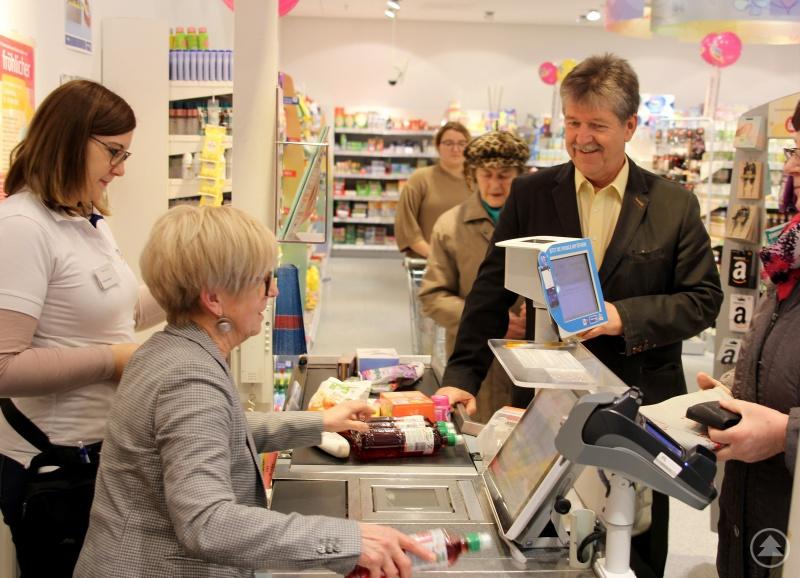 Landrätin Rita Röhrl kassiert den Einkaufsparkchef Werner Stahl ab. Er ließ es sich nicht nehmen, auch in dieser Stunde einzukaufen.