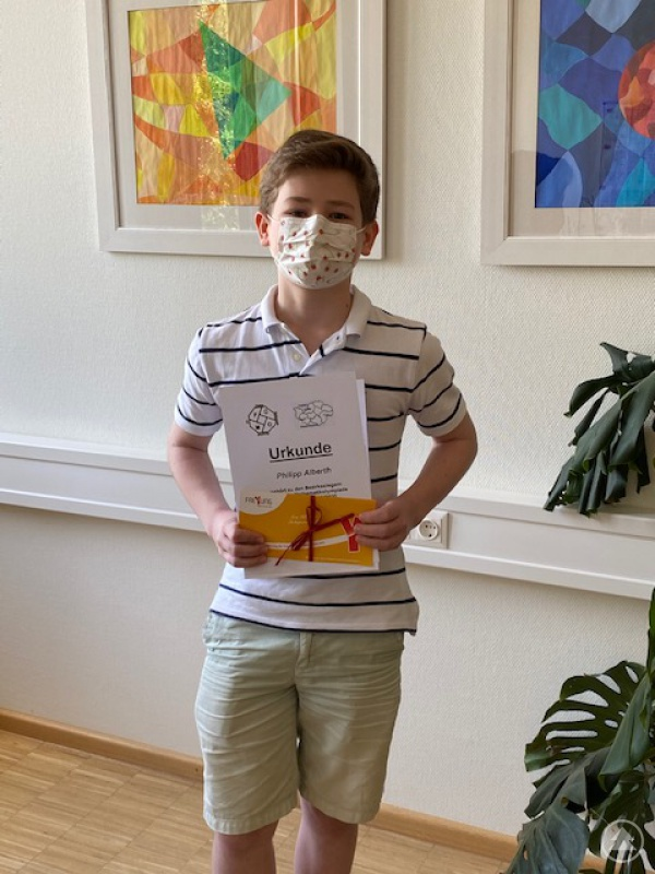 Siegerehrung in Corona-Zeiten: Philipp Alberth mit Mundschutz