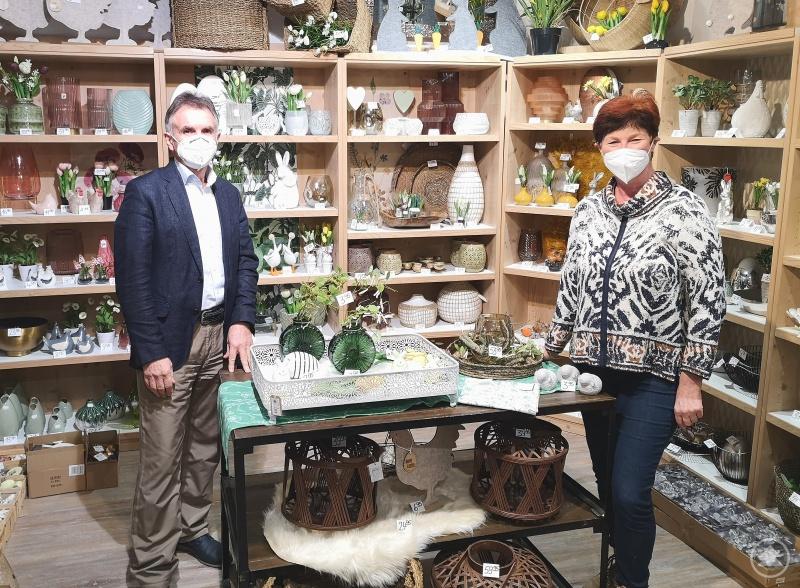 MdL Walter Taubeneder (links) im Austausch mit Christa Wagner (rechts) von Wohnen & Schenken Wagner in Ortenburg zur gegenwärtigen Situation im Einzelhandel.