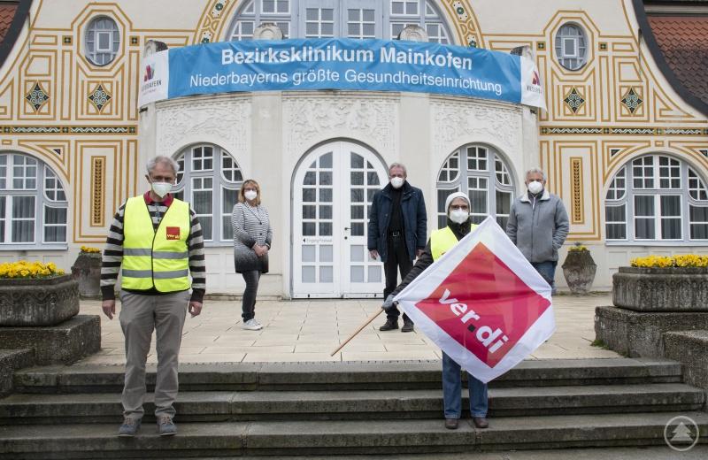 """Auch das Bezirksklinikum Mainkofen zeigt """"Flagge"""" und beteiligte sich an der Foto-Protestaktion von Ver.di um sich für eine bessere Personalausstattung stark zu machen."""