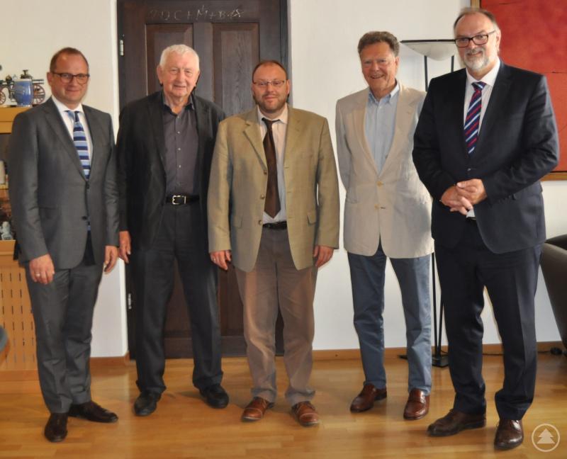 Oberbürgermeister Jürgen Dupper (rechts) und Kulturreferent Dr. Bernhard Forster (links) beim Gespräch mit den Vorsitzenden des Fördervereins Oberhausmuseum Passau e.V., Mario Puhane (Mitte), Reinhold Mast (2. von rechts) und Alois Pohmann.