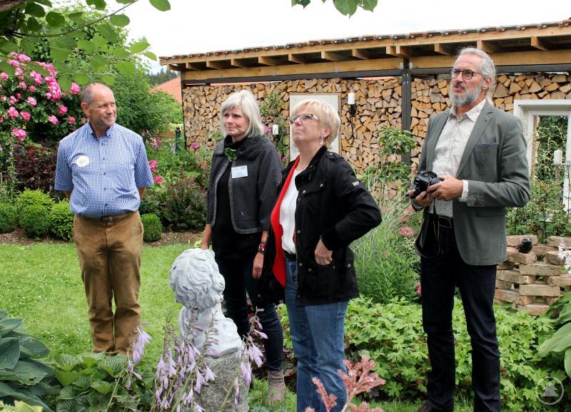 Ein alter Apfelbaum befindet sich im Garten der Familie Wühr Alois und Sabine Wühr (2.vli.) wollen ihn erhalten und erklärten Landrätin Rita Röhrl und dem Kreisgartenfachberater Klaus Eder, wie sie den Baum bisher beschnitten haben.