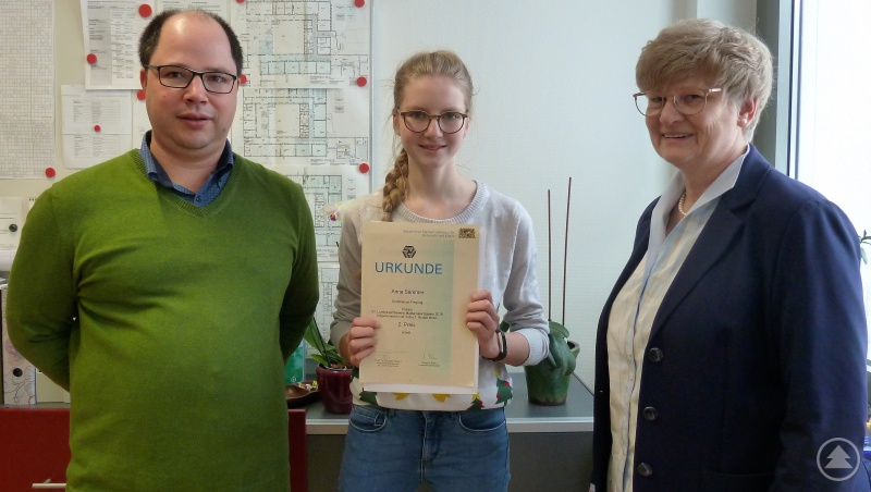 Mathelehrer Alexander Stöhr (links) und Schulleiterin Barbara Zethner (rechts) gratulieren Anna Sammer (Bildmitte) sehr herzlich zu ihrem großartigen 2. Platz beim Landeswettbewerb Mathematik 2018.