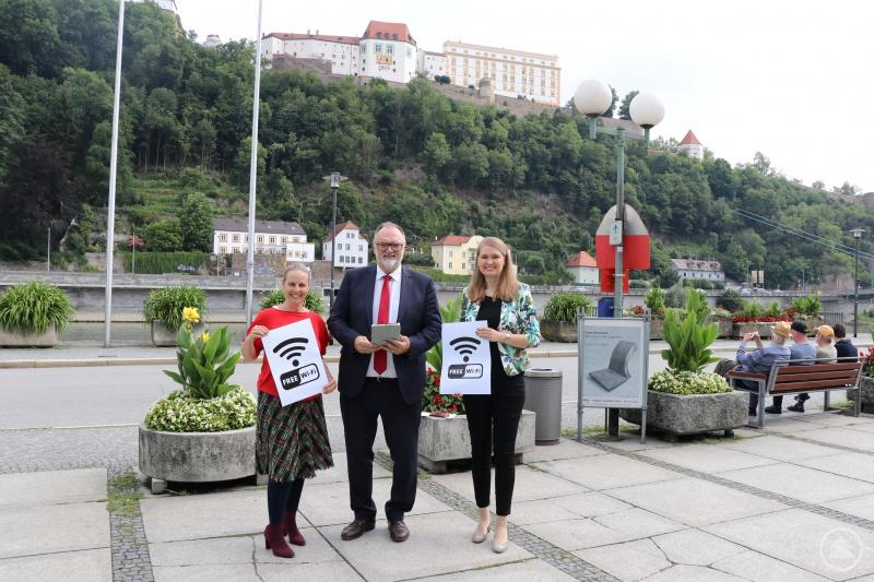 Oberbürgermeister Jürgen Dupper (Mitte), Museumsleiterin Dr. Stefanie Buchhold (links) und Projektleiterin Dr. Andrea Fronhöfer freuen sich, dass die neue Veste Oberhaus-App ab sofort verfügbar ist und via Gratis-WLAN auch auf dem Burggelände heruntergeladen werden kann.