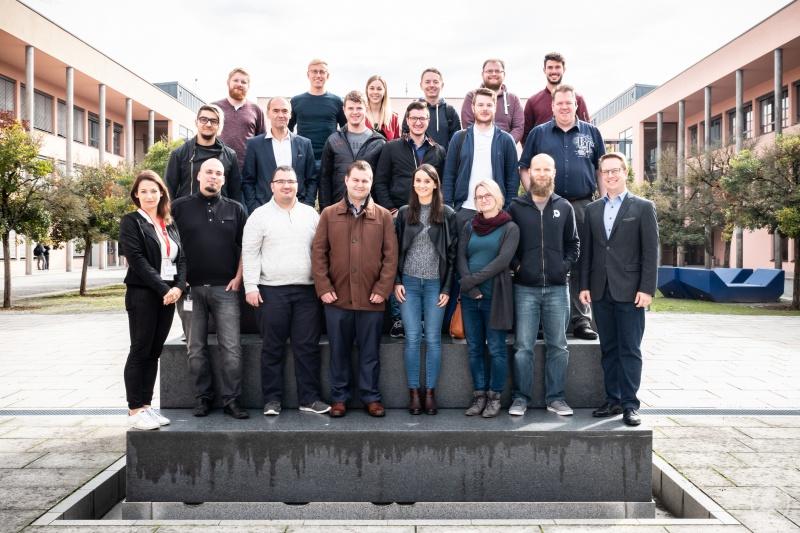 Die neue Studiengruppe im berufsbegleitenden Bachelorstudium Wirtschaftsinformatik gemeinsam mit Studiengangsleiter Prof. Scheuerer.